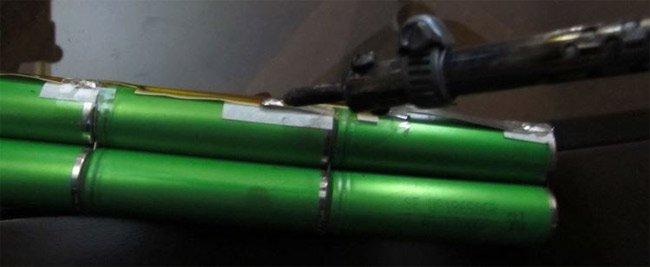 Dùng mỏ hàn mở các mối hàn để lấy pin bị chai ra khỏi mạch điện